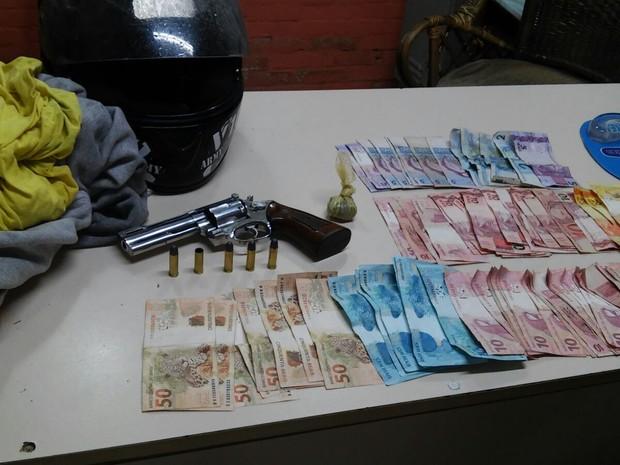 Polícia apreendeu arma e dinheiro com assaltante preso em Canela (Foto: Divulgação/Brigada Militar)