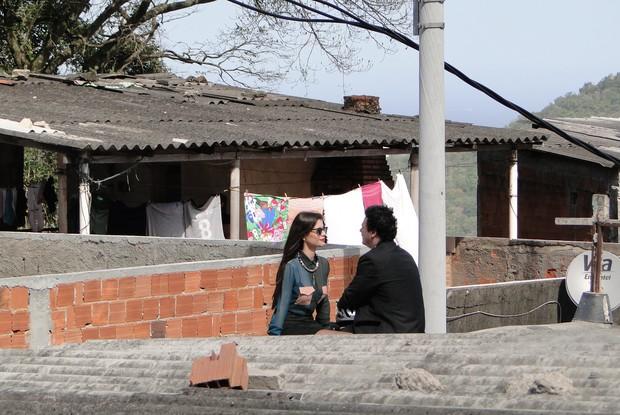Na laje, os atores 'aproveitam' o fim do mundo (Foto: Fim do Mundo / TV Globo)