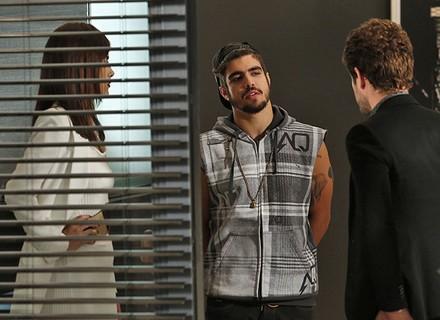 Benjamin se sente incomodado ao dar de cara com Grego e Margot