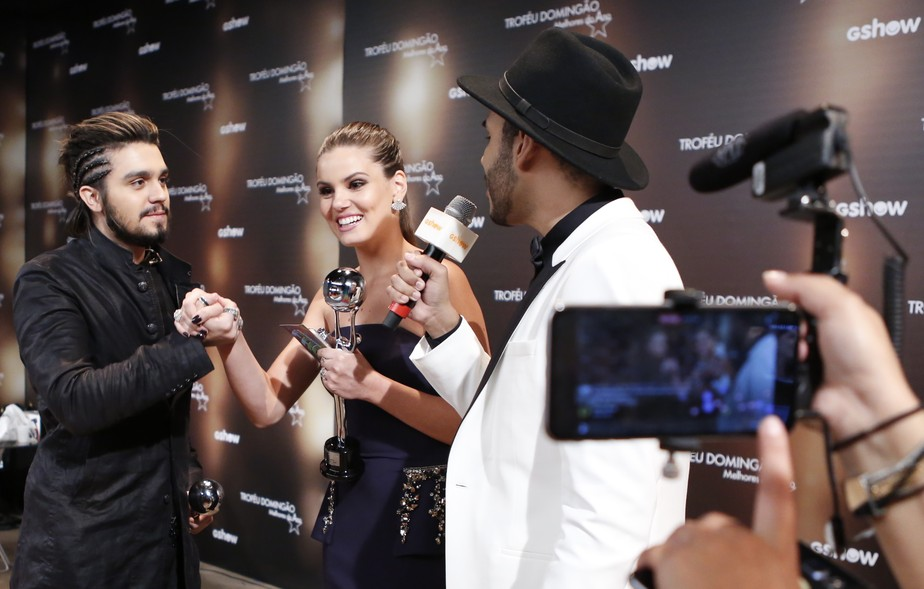 Luan Santana e Camila Queiroz cantam nos bastidores do 'Melhores do Ano' após promessa