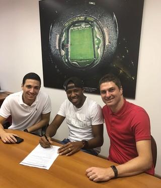 Jucilei assina contrato São Paulo (Foto: Divulgação)