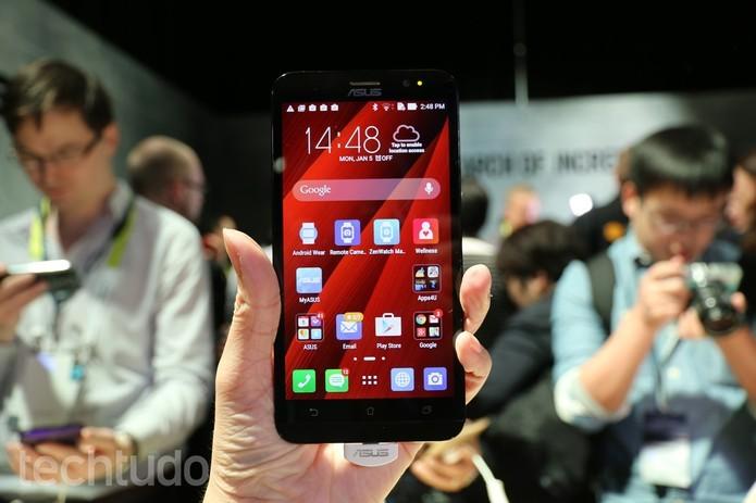 Zenfone 2 apresenta uma tela com resolução Full HD e maior do que o modelo 5 (Foto: Isadora Diaz/TechTudo)
