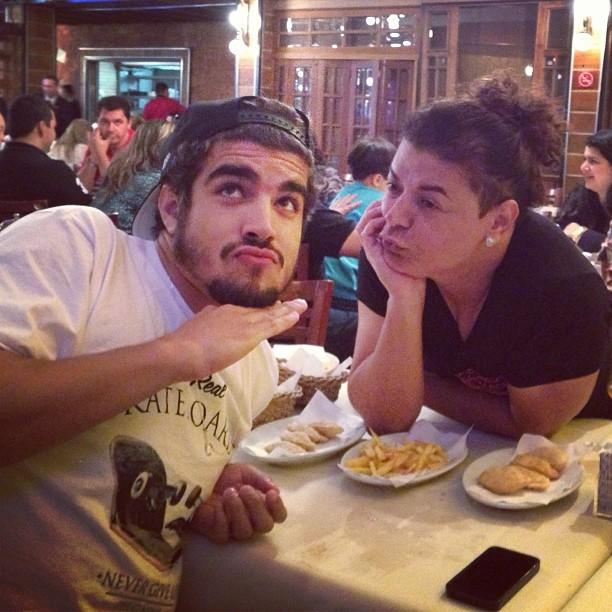 Caio Castro faz biquinho em foto na rede social