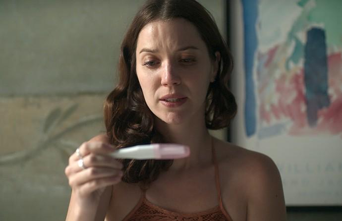 Júlia descobre que está grávida (Foto: TV Globo)
