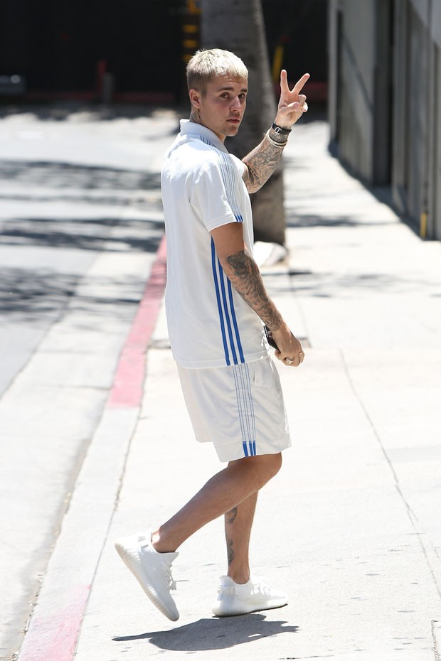"""Ao deixar o carro com """"manobrista improvisado"""", Justin não pareceu desconfortável (Foto: AKM GSI Brasil)"""