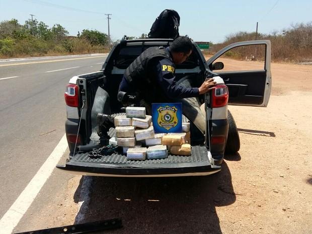 Dinheiro estava no fundo falso de um veículo  (Foto: Divulgação/PRF)