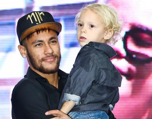 Neymar e o filho  (Foto: Manuela Scarpa e Marcos Ribas/Photo Rio News)