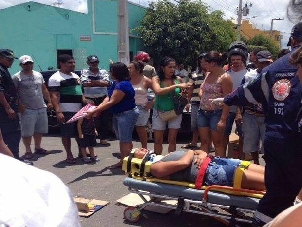 A colisão entre uma moto e um carro de passeio na manhã deste sábado (9) deixou uma mulher ferida em Itabaiana, em Sergipe. A passageira do mototáxi teve algumas fraturas e o condutor da moto sofreu apenas ferimentos leves. Ambos foram socorridos por uma equipe do Serviço de Atendimento Móvel de Urgência (Samu). Testemunhas dizem que o carro passou em alta velocidade pela contramão e ocasionou o acidente. (Foto: Edinaldo Roseno/VC no G1)
