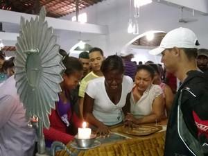 Filha de uma das vítimas chora em velório. (Foto: Devyd Santos/ TV Asa Branca)