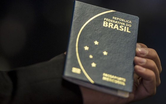 O novo passaporte brasileiro passou a ser emitido na última segunda-feira (6) pela Polícia Federal e Casa da Moeda e terá prazo de validade de dez anos (Foto: Marcelo Camargo/Agência Brasil)