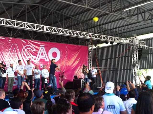 Guga distribuiu bolas autografadas durante evento (Foto: Cinthia Raasch/RBS TV)