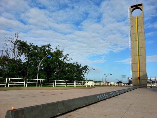 Ovo equilibrado no Marco Zero, em Macapá (Foto: Thaís Pucci/ G1)