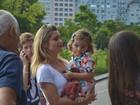 Adriana Esteves e mais famosos levam os filhos para ver musical