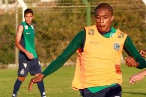 Felipe Macedo disputa bola com Willian Kozlowski durante treino (Foto: Rosiron Rodrigues/Goiás E.C.)