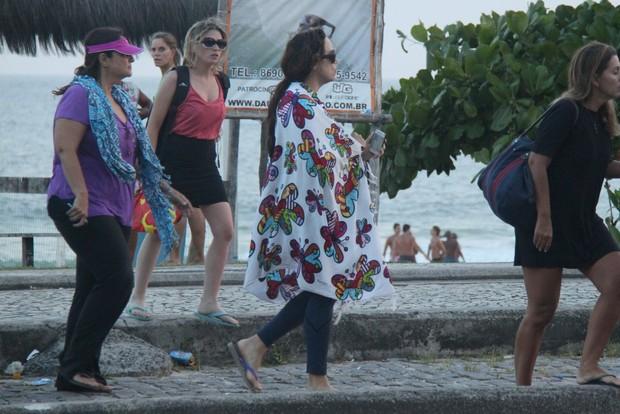 Ana Carolina cobre o corpo com a canga, na saída da praia (Foto: Gabriel Rangel/Ag. News)