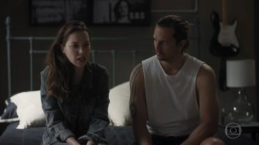Júlia conta para Gui que foi falar com Alex na cadeia