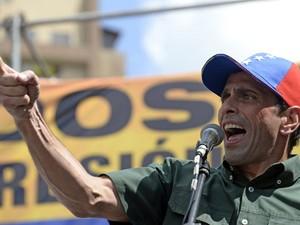 Henrique Capriles fala durante protesto contra o governo em Caracas, no último dia 22 (Foto: Juan Barreto/AFP)