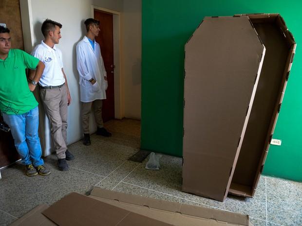 Caixões de papelão à espera de compradores em Barquismeto, na Venezuela (Foto: Federico Parra/AFP)