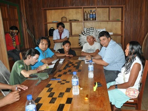 Índios katukinas recebem orientação (Foto: Francisco Rocha/G1)