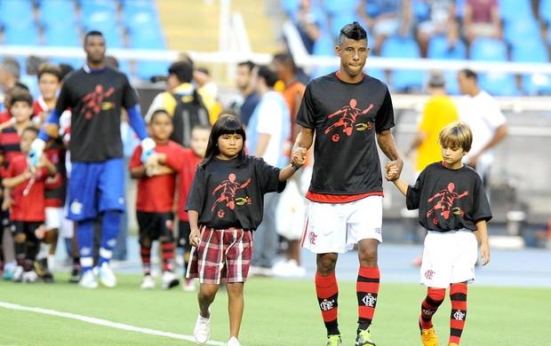 Leo Moura entra em campo com a camisa do Zico no jogo Flamengo e Botafogo ( f7f9158012c03