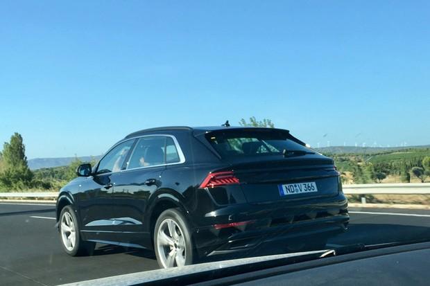 Audi Q8 é flagrado sem disfarces pelo site Autopareri rodando pela Europa (Foto: Autopareri/Reprodução)