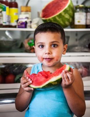 Criança comendo melancia euatleta (Foto: Getty Images)