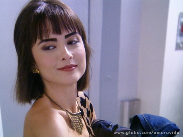 Patrícia sai de casa com as roupas de Michel (Foto: Amor à Vida / TV Globo)