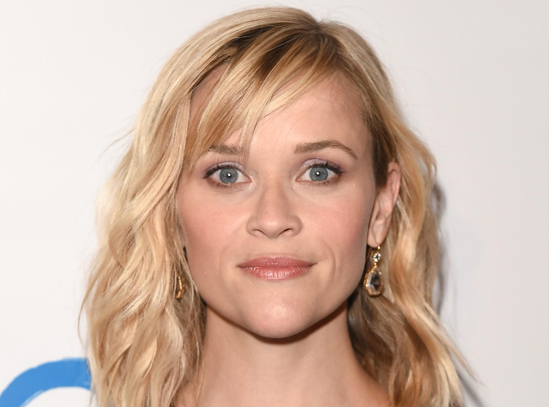 """Certa vez, o marido de Reese Witherspoon foi detido por dirigir alcoolizado. Na ocasião, a atriz, também um tanto """"alta"""", tentou pressionar os policiais com uma frase infame, sem saber que estava sendo filmada: """"Você sabe quem eu sou?"""". O filme veio a público e a atriz teve de se retratar perante todos. """"É completamente inaceitável. Pedimos muitas desculpas, estamos muito envergonhados. Com certeza não vai acontecer nunca mais."""" (Foto: Getty Images)"""