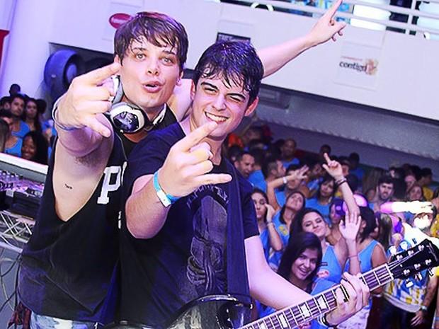 Daniel e Lucca se apresentando em um show (Foto: Arquivo Pessoal / Tv Globo)