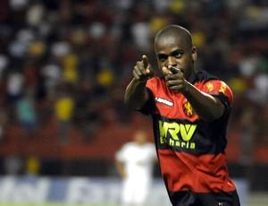 Tobi, zagueiro do Sport (Foto: Aldo Carneiro)