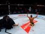 Edson Barboza tira joelhada da cartola e nocauteia Beneil Dariush no UFC