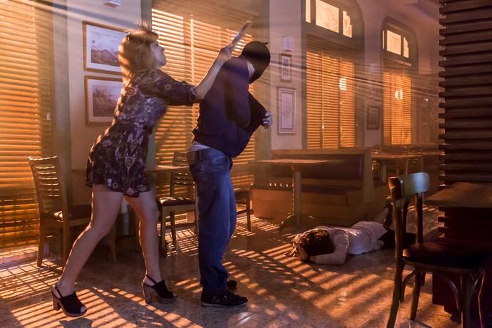 Marisa acerta um golpe em Romildo e salva Nicolau (Foto: Artur Meninea/Gshow)