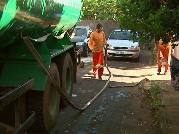Município precisou de caminhão-pipa para abastecer bairros sem água, em Brodowski, SP (Foto: Ronaldo Gomes/EPTV)