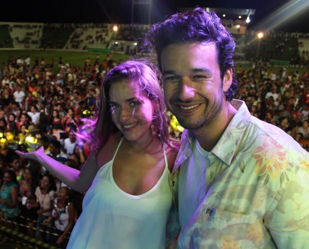 Monique e Sérgio aproveitam o show do Garota Safada (Foto: Domingão do Faustão / TV Globo)