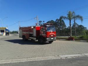Até 11h, 12 caminhões-pipa já haviam sido usados no combate ao incêndio em Arujá. (Foto: Douglas Pires/G1)