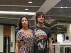 Sem maquiagem, Giselle Itié passeia com marido em shopping