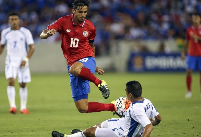 Bryan Ruiz e Moises Xavier Garcia, Costa Rica x El Salvador, Copa Ouro (Foto: Agência Reuters)