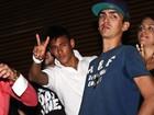 Sem Bruna Marquezine e com aliança, Neymar curte show de Thiaguinho