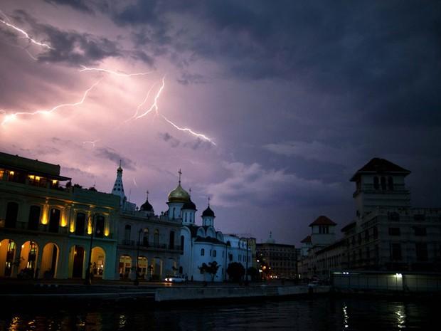 Raio ilumina a via do Malecón em Havana, capital cubana, na noite de quarta-feira (19). (Foto: Ramón Espinosa/AP)