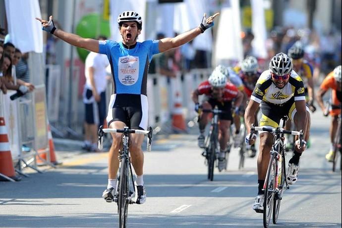 Epitaciano (à esq.) foi campeão da Volta Intercional do Grande ABCD (Foto: Ivan Storti / Divulgação, Federação Paulista de Ciclismo)