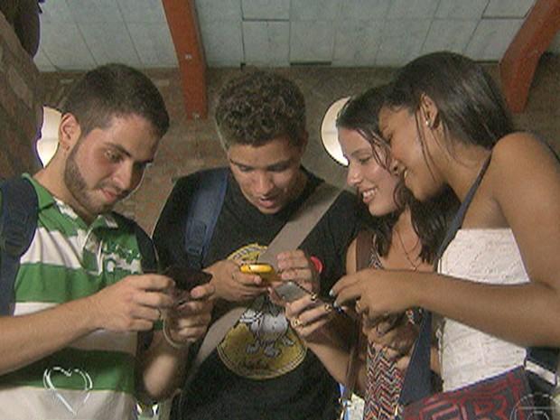 Jovens não desgrudam dos celulares e se mantêm conectados (Foto: Mais Você / TV Globo)