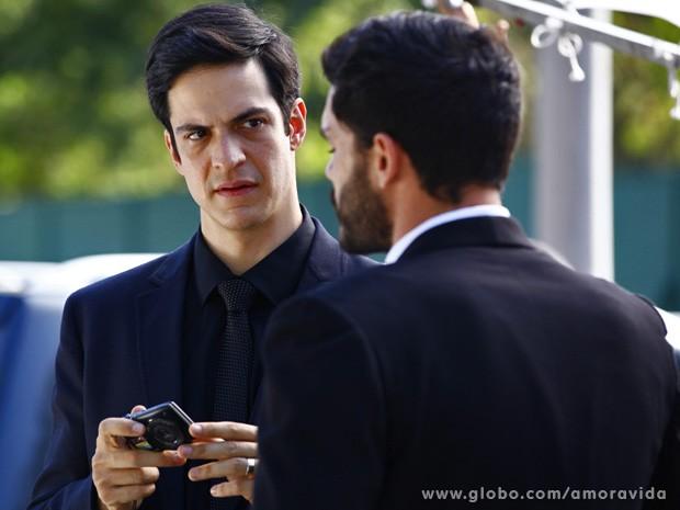 Maciel mostra vídeo, e Félix reconhece Márcia (Foto: Amor à Vida / TV Globo)