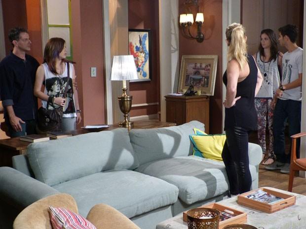 VISH! Olha a cara da Ju! A it girl não curtiu saber que Lia vai morar com Gil (Foto: Malhação / Tv Globo)