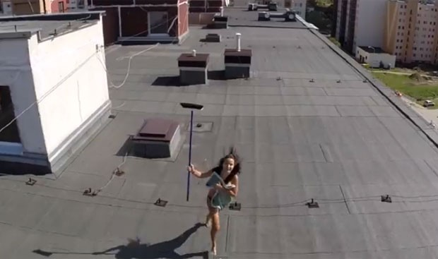 Irritada, mulher pegou vassoura e tentou acertar o equipamento intrometido (Foto: Reprodução/YouTube/ViralHog)