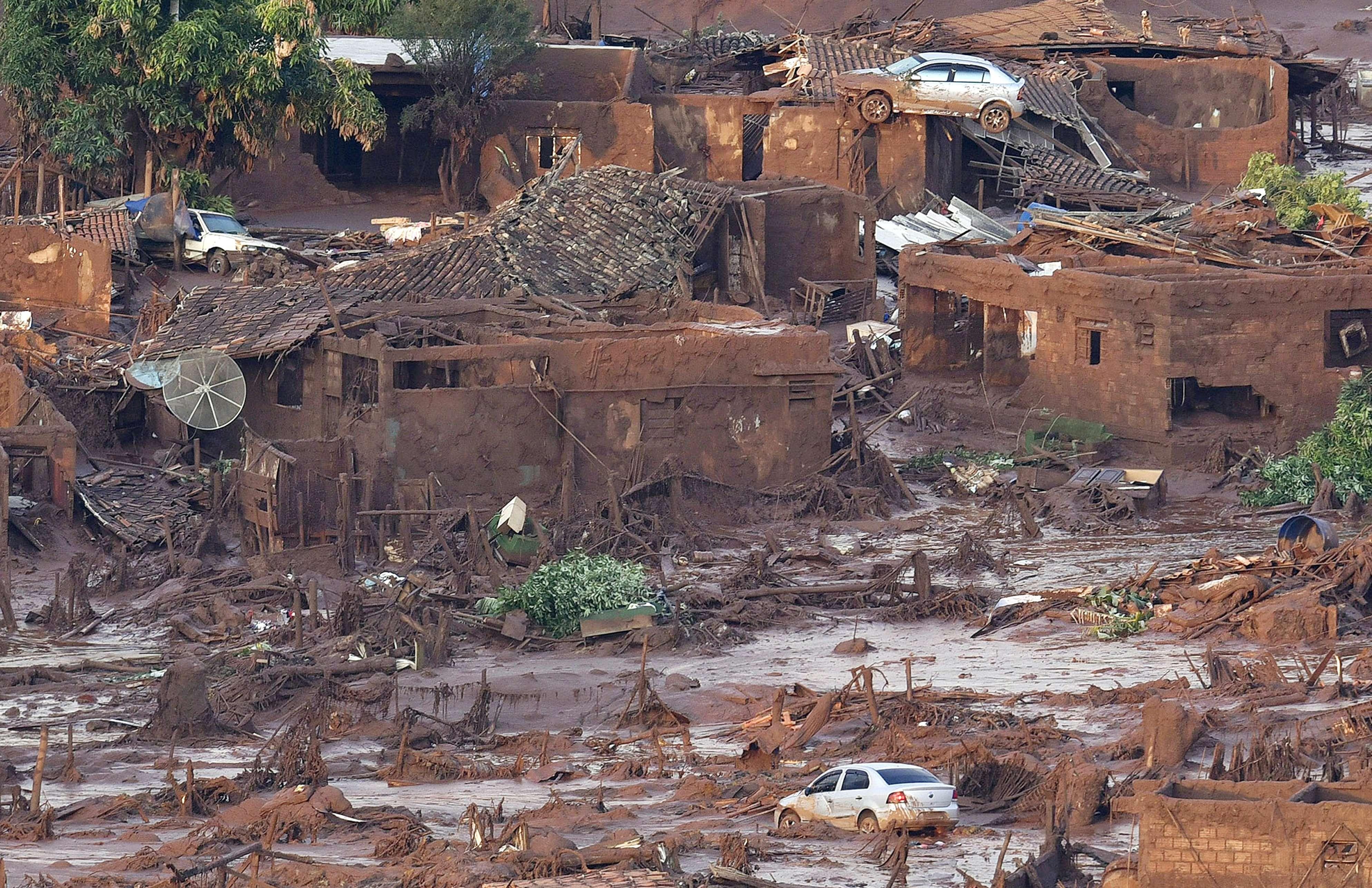 Carro vai parar sobre casa após onda de lama
