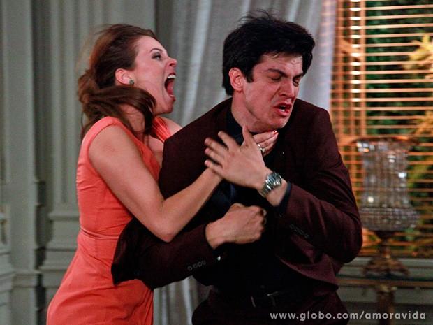 Enfurecida de �dio, Paloma parte para cima de F�lix... (Foto: Ellen Soares / TV Globo)
