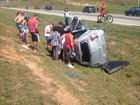 Motorista perde controle e capota carro na Tamoios em São José