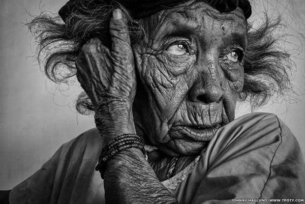 A foto de uma idosa na Colômbia foi escolhida na categoria foto monocromática (Foto: Johhny Haglund/www.tpoty.com/BBC)