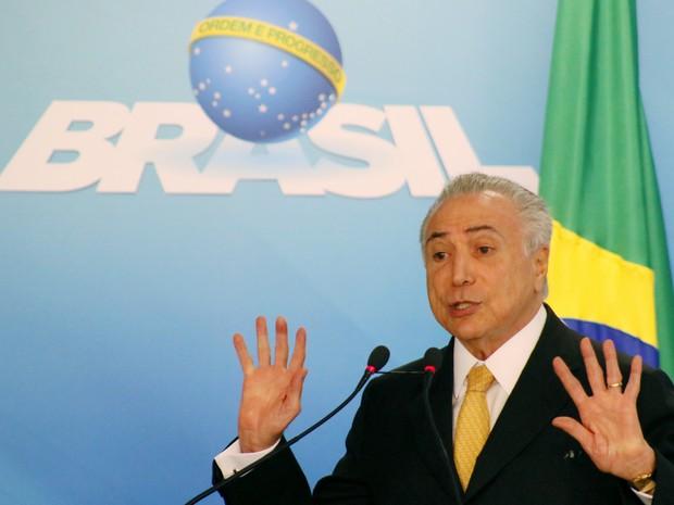 O presidente interino, Michel Temer, participa de cerimônia no Palácio do Planalto nesta quinta (14)