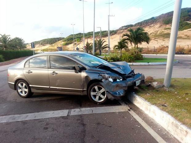 Motorista do Honda Civic abandonou o veículo e fugiu  (Foto: Alana Cruz)